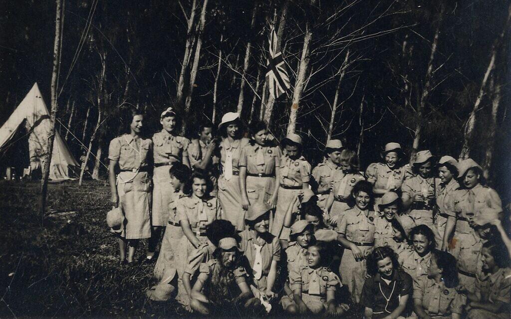 Un groupe de jeunes filles en détention lors d'une activité d'un mouvement de jeunesse au cœur de la forêt mauricienne. (Avec l'aimable autorisation de Ghetto Fighters' House Archives, Israël)