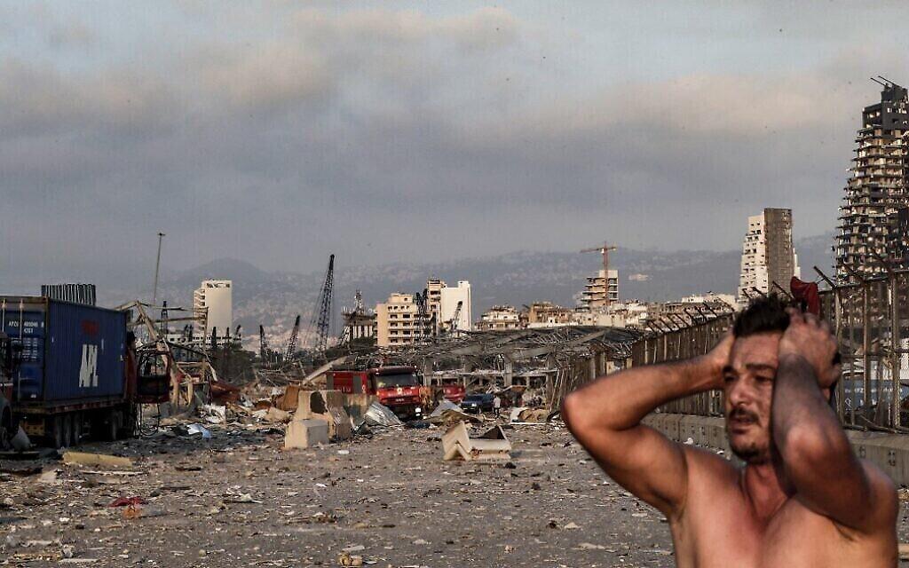 Un homme sur le site d'une explosion dans la capitale libanaise Beyrouth, le 4 août 2020. (Crédit : IBRAHIM AMRO / AFP)