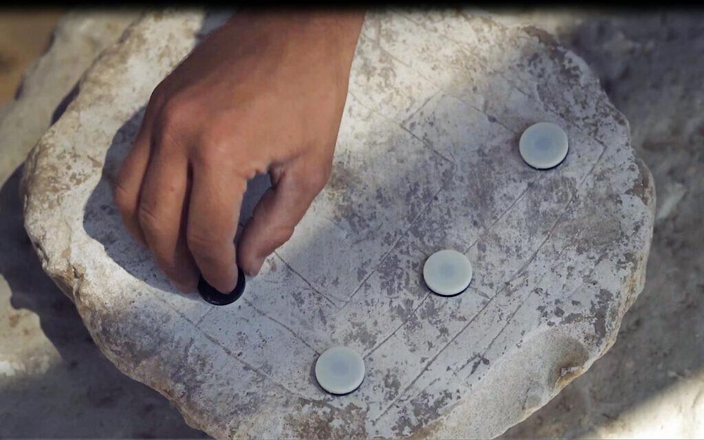 """Le jeu du """"Moulin"""" à Rahat, une ville bédouine du désert du Negev (Crédit : Emil Aladjem/Autorité israélienne des antiquités)"""