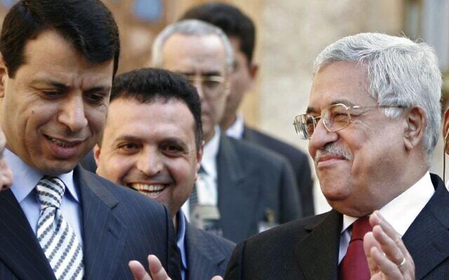 Le président de l'Autorité palestinienne Mahmoud Abbas, à droite, et  Mohammad Dahlan, à gauche, quittent une conférence de presse en Egypte, en février 2007 (Crédit : AP/Amr Nabil)