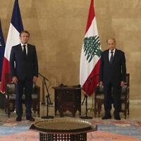 Le président français Emmanuel Macron, deuxième à gauche, rencontre le président libanais Michel Aoun, deuxième à droite, le Premier ministre libanais Hassan Diab, à droite, et le président du Parlement libanais Nabih Berri, à gauche, au palais présidentiel, à Baabda à l'est de Beyrouth, le 6 août 2020. (AP Photo / Thibault Camus, Pool)