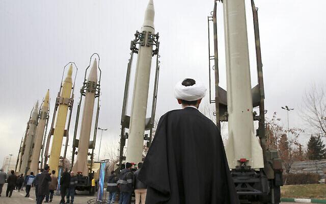 Un religieux iranien regarde des missiles sol-sol fabriqués en Iran pendant un spectacle militaire marquant le 40è anniversaire de la révolution islamique iranienne qui avait renversé le Shah, soutenu par les Etats-Unis, à la Grande mosquée  Imam Khomeini de Téhéran en Iran, le 3 février 2019 (Crédit : AP Photo/Vahid Salemi)
