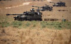 Des unités mobiles de l'artillerie israélienne sont en place dans le nord d'Israël, près de la frontière avec le Liban, le 28 juillet 2020. Des responsables de la sécurité israélienne ont déclaré que des soldats avaient échangé des tirs avec une « brigade terroriste du Hezbollah » pour faire reculer lundi une tentative d'incursion à la frontière avec le Liban. (Autorisation : Photo AP / Ariel Schalit)