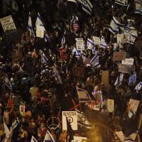 Des milliers de personnes manifestent contre le Premier ministre Benjamin Netanyahu aux abords de sa résidence officielle à Jérusalem, le 8 août 2020 (Crédit : AP Photo/Ariel Schalit)