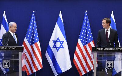 Le Premier ministre Benjamin Netanyahu, (à gauche), et le conseiller de la Maison Blanche Jared Kushner font des déclarations communes à la presse sur les accords de paix israélo-américains, à Jérusalem, le dimanche 30 août 2020. (Debbie Hill/Pool Photo via AP)