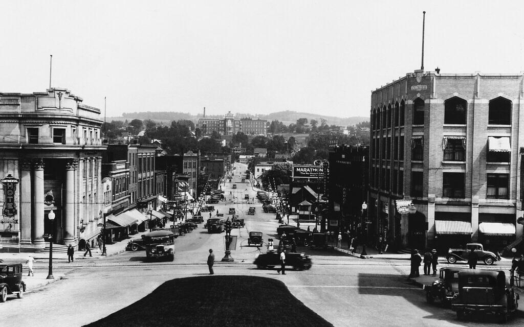 La ville de Sherbrooke, au Québec, dans l'est du Canada, s'apprête à accueillir le roi George 6 et la Reine Elizabeth, mai 1939. (Crédit : AP Photo)