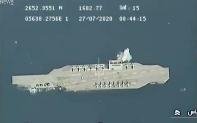 Dans une vidéo publiée le 28 juillet 2020, on voit une explosion à côté d'un porte-avions américain fictif dans le détroit d'Ormuz lors d'exercices militaires effectués par le Corps des Gardiens de la Révolution islamique d'Iran. (Capture d'écran/Twitter)