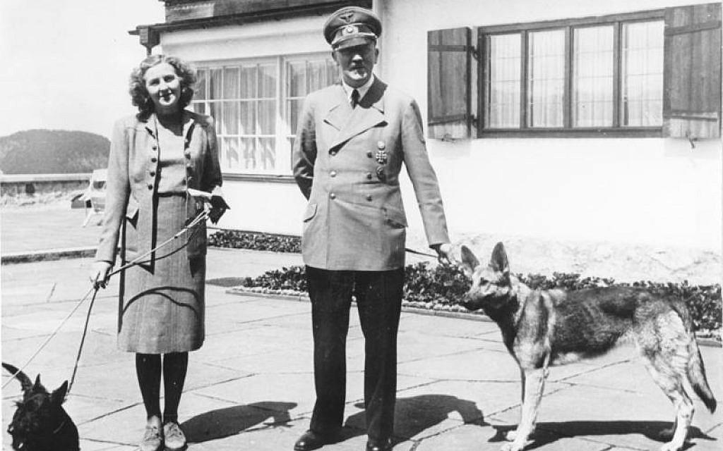 Adolf Hitler et Eva Braun posant sur la terrasse du Berghof, à Berchtesgaden, Allemagne, en juin 1942. (Bundesarchiv bild)