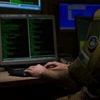 Photo d'illustration : Un soldat de l'armée israélienne du corps C4l travaille sur ordinateur (Crédit : Armée israélienne)