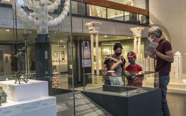 Une des visites mises en place par le personnel du Musée d'Israël à l'occasion de sa réouverture suite à la fermeture prolongée pour cause de coronavirus. (Autorisation du Musée d'Israël)