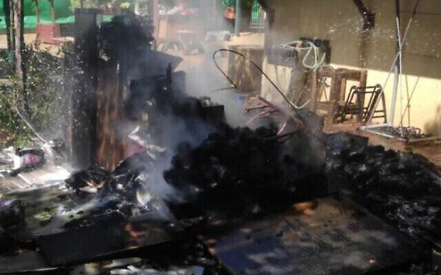 Les dégâts causés par un ballon incendiaire ayant atterri devant une crèche à Sderot, le 17 août 2020. (Crédit : Israel Fire Department)