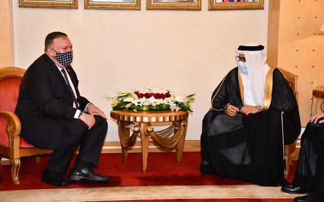 Le ministre bahreïni des Affaires étrangères Abdullatif bin Rashid Al-Zayani (à droite) accueille le secrétaire d'État américain Mike Pompeo à Manama, le 25 août 2020. (Twitter)