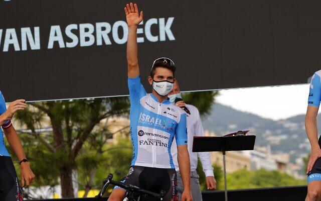 Guy Niv, coureur israélien d'Israel Start-Up Nation, assiste à la présentation des équipes deux jours avant le départ de la 1ère étape de la 107e édition de la course cycliste du Tour de France, à Nice, le 27 août 2020. (Crédit : Bettiniphoto / Twitter)