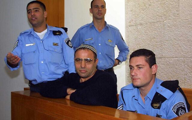 Yona Avrushmi, au centre, qui a tué le manifestant Emil Grunzweig à l'aide d'une grenade jetée dans la foule lors d'un rassemblement pour la paix en 1983, le jour de sa libération de prison, le 26 janvier 2011 (Crédit : Flash90)