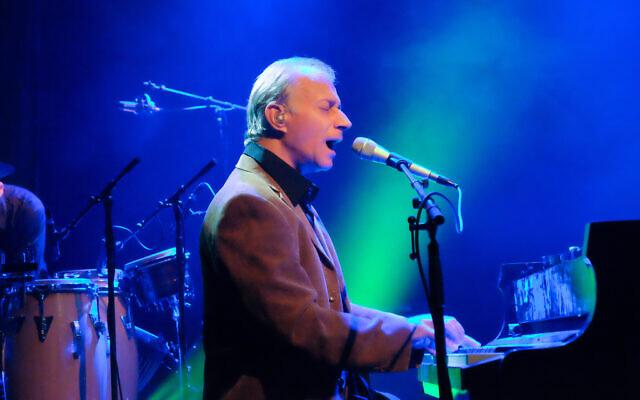 Le musicien israélien Matti Caspi se produit dans le Gush Etzion, le 10 décembre 2015. (Autorisation : Gershon Elinson / Flash 90)