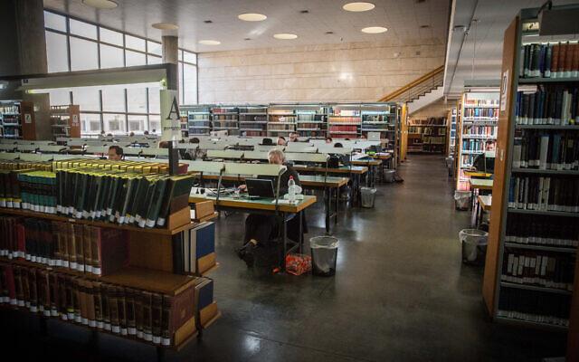 Illustration : Des gens étudient à la Bibliothèque nationale de Jérusalem, le 30 décembre 2015. (Hadas Parush/Flash90)
