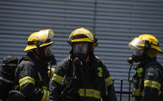 Des pompiers israéliens sur la scène d'une fuite d'ammoniac, près d'un centre commercial à Acre, le 27 juin 2019. (Meir Vaknin/Flash90)