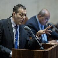 Le député Miki Zohar du Likud s'exprime à la Knesset, à Jérusalem, le 17 février 2020. (Yonatan Sindel/Flash90)