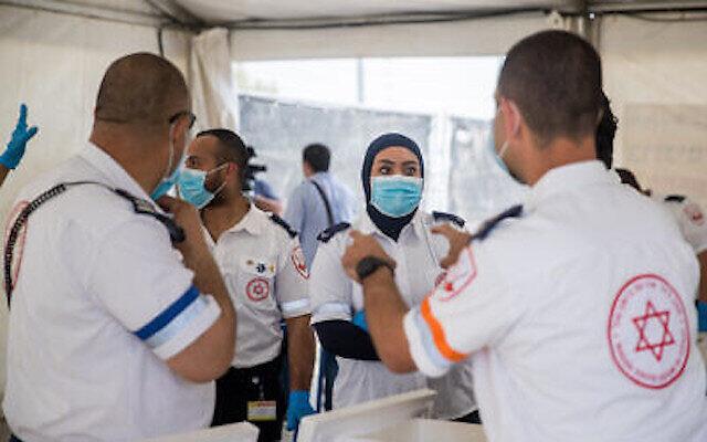 Des médecins dU Magen David Adom vus sur un site de prélèvement d'échantillons pour le dépistage du coronavirus, à l'entrée du village de Jabel Mukaber à Jérusalem-Est, le 2 avril 2020. (Photo par Yonatan Sindel/Flash90)