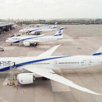 Les avions d'El Al sont cloués au sol à l'aéroport Ben Gurion le 6 avril 2020, pendant la pandémie de coronavirus. (Moshe Shai/ Flash90)