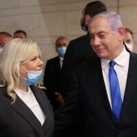 Le Premier ministre Benjamin Netanyahu et son épouse Sara lors de la cérémonie d'investiture du 23e gouvernement à la Knesset, le 17 mai 2020. (Autorisation : Alex Kolomoisky / Flash90)
