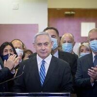 Le Premier ministre Benjamin Netanyahu est entouré de députés du Likud alors qu'il fait une déclaration à la presse avant le début de son procès au tribunal de district de Jérusalem, le 24 mai 2020. (Yonatan Sindel/Flash90)
