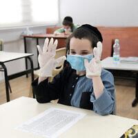 Des écoliers ultra-orthodoxes de l'école Bnei Moshe Kretchnif portant des masques faciaux dans leur école de la ville de Rehovot, le 24 mai 2020. (Yossi Zeliger/Flash90)