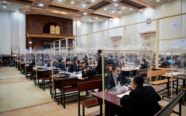 Des hommes juifs ultra-orthodoxes étudient en petits groupes à la yeshiva Imrei Emes de (la dynastie hassidique) Gur, dans la ville de Bnei Brak, le 16 juin 2020. (Yossi Zeliger/Flash90)