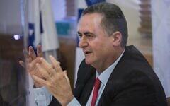Le ministre des Finances Israel Katz tient une conférence de presse au ministère des Finances à Jérusalem, le 1erjuillet 2020. (Olivier Fitoussi/Flash90)