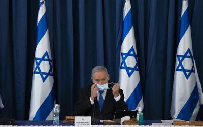 Le Premier ministre Benjamin Netanyahu et le Premier ministre d'alternance et ministre de la Défense Benny Gantz (hors cadre) lors de la réunion hebdomadaire du cabinet, au ministère des Affaires étrangères à Jérusalem, le 5 juillet 2020. (Amit Shabi/POOL)