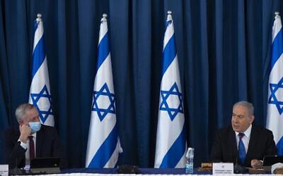 Le Premier ministre Benjamin Netanyahu, (à droite), et le ministre de la Défense Benny Gantz, lors de la réunion hebdomadaire du cabinet, au ministère des Affaires étrangères à Jérusalem, le 5 juillet 2020. (Amit Shabi/pool/Flash90)