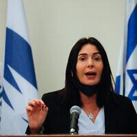La ministre des Transports Miri Regev, qui a baissé son masque facial pour parler, lors d'une conférence de presse au ministère des Transports à Jérusalem, le 8 juillet 2020. (Olivier Fitoussi/Flash90)