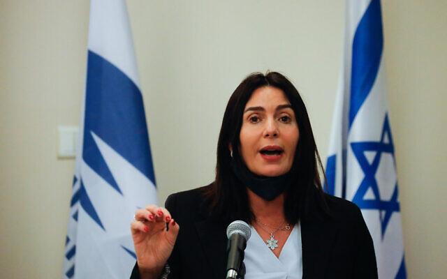 La ministre des Transports Miri Regev lors d'une conférence de presse au ministère des Transports à Jérusalem, le 8 juillet 2020. (Olivier Fitoussi/Flash90)