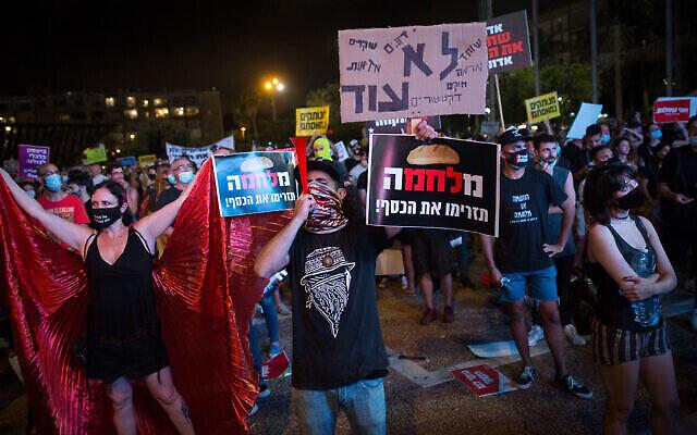 Des travailleurs indépendants israéliens protestent sur la place Rabin à Tel Aviv, demandant le soutien financier du gouvernement, le 11 juillet 2020. (Miriam Alster/Flash90)