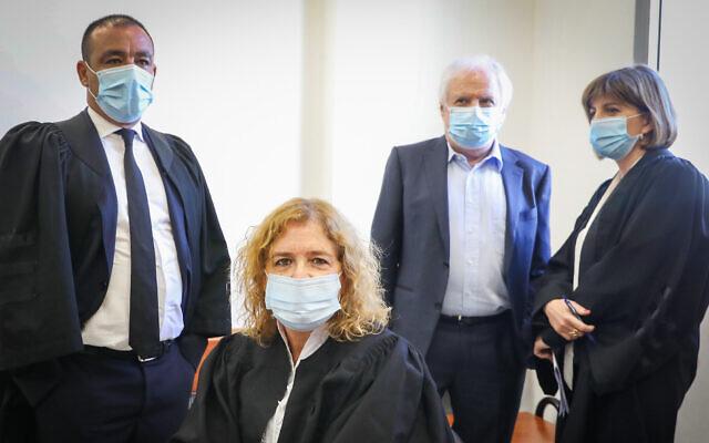 La procureure Liat Ben-Ari (2e G) et Shaul Elovtich (2e D) au tribunal de district de Jérusalem pour une audience dans les affaires pénales contre le Premier ministre Benjamin Netanyahu, le 19 juillet 2020. (Marc Israel Sellem/Pool/Flash90)