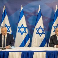 Le Premier ministre Benjamin Netanyahu, (à droite), et le Premier ministre d'alternance et ministre de la Défense Benny Gantz donnent une conférence de presse à Tel Aviv, le 27 juillet 2020. (Tal Shahar/POOL/Flash90)