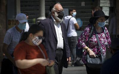 Des habitants de Jérusalem portant des masques faciaux par crainte du coronavirus sur la rue Jaffa, au centre de Jérusalem, le 2 août 2020. (Olivier Fitoussi/Flash90)