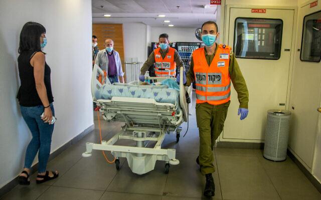 Un malade est transporté au sein de l'hôpital Ichilov de Tel Aviv, le 3 août 2020 (Crédit : Yossi Aloni/Flash90)