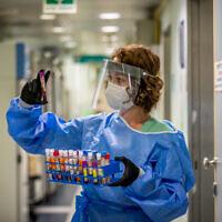Une technicienne effectue un test de diagnostic pour le coronavirus dans un laboratoire de l'hôpital Ichilov, à Tel Aviv, le 3 août 2020 (Crédit :  Yossi Aloni/Flash90)