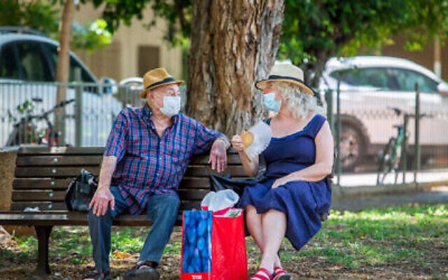 Les Israéliens portent des masques de protection à Tel Aviv, le 3 août 2020 (Crédit :  Yossi Aloni/Flash90)