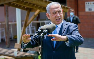 Le Premier ministre Benjamin Netanyahu visite une base du Commandement du front intérieur de l'armée israélienne à Ramle, le 4 août 2020. (Yossi Aloni/Flash90)