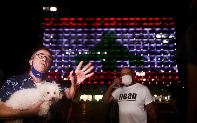 L'hôtel de ville de Tel Aviv, sur la place Rabin, est illuminé du drapeau libanais, en solidarité avec les victimes de l'explosion de Beyrouth, le 5 août 2020. (Miriam Alster/Flash90)