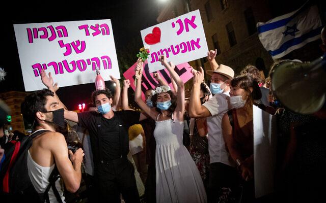 Des gens manifestent contre le Premier ministre Benjamin Netanyahu devant sa résidence officielle à Jérusalem le 6 août 2020. (Autorisation : Yonatan Sindel / Flash90)