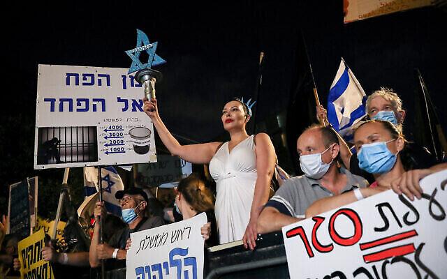 Les Israéliens manifestent contre le Premier ministre Benjamin Netanyahu aux abords de la résidence officielle du Premier ministre Benjamin Netanyahu à Jérusalem, le 08 août 2020 (Crédit :   Olivier Fitoussi/Flash90)