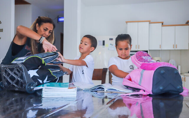 Des écoliers qui vont entrer en CP lors de la prochaine rentrée scolaire, à leur domicile au Moshav Yashresh, le 9 août 2020. (Yossi Aloni/Flash90)