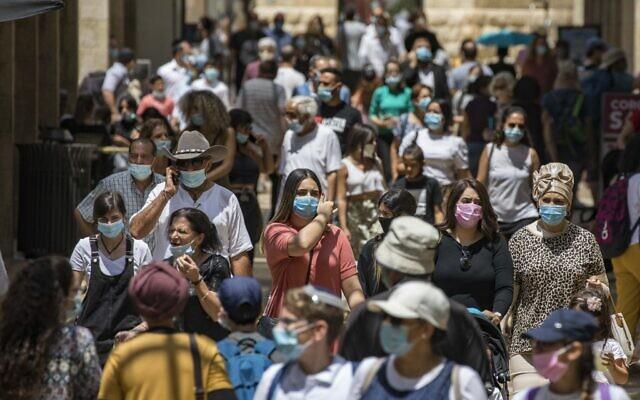 Les habitants de Jérusalem portant le masque par crainte du coronavirus font du shopping au Mamilla Mall, à proximité de la Vieille Ville de Jérusalem, le 10 août 2020 (Crédit : Olivier Fitoussi/Flash90)