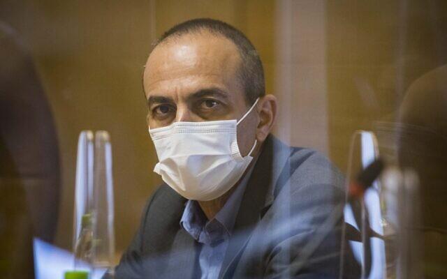 Le professeur Roni Gamzu, responsable de la lutte contre le coronavirus, lors d'une réunion avec le maire de Jérusalem, Moshe Lion, à l'hôtel de ville de Jérusalem, le 12 août 2020. (Olivier Fitoussi/Flash90)