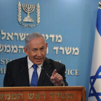 Le Premier ministre israélien Benjamin Netanyahu parle de l'accord entre Israël et les Émirats arabes unis d'établir des relations diplomatiques, au bureau du Premier ministre à Jérusalem, le 13 août 2020. (Crédit : Yonatan Sindel / FLASH90)