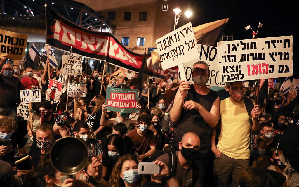Des Israéliens manifestent contre le Premier ministre Benjamin Netanyahu devant sa résidence officielle à Jérusalem, le 15 août 2020. (Olivier Fitoussi / Flash90)