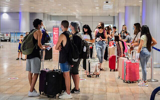 La salle de départ de l'aéroport international Ben Gurion, le 16 août 2020. (Avshalom Sassoni/Flash90)